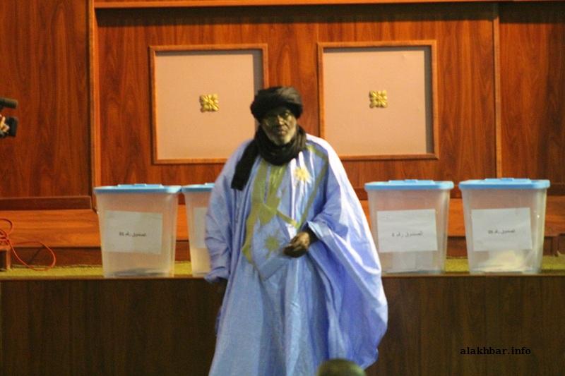 النائب الأول لرئيس الجمعية الوطنية بيجل ولد هميد بعيد إدلائه بصوته في انتخاب نواب رئيس الجمعية الوطنية (الأخبار)