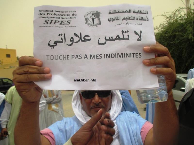 أحد الأساتذة خلال احتجاجات سابقة ضد اقتطاع العلاوات (الأخبار - أرشيف)