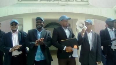 قادة النقابات الجهوية في نواذيبو أثناء احتجاجهم أمام المنطقة الحرة  (تصوير الأخبار)