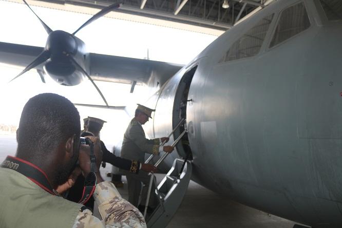 قائد أركان الجيوش يصعد إلى الطائرة الجديدة إيذانا باستلامها