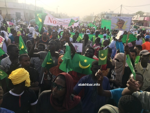 جانب من المسيرة المنطلقة من ملتقى طرق العيادة المجمعة (الأخبار)