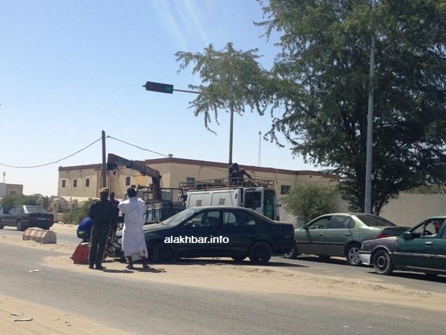 حادث سير صباح اليوم تسبب فيه حاجز حديدي وضعه أمن الطرف لفصل مساري الطريق (الأخبار)