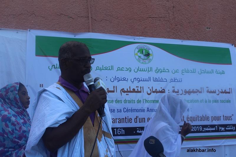 رئيس هيئة الساحل للدفاع عن حقوق الإنسان ودعم التعليم وتوطيد السلم الاجتماعي الأستاذإبراهيم بلال رمضان خلال كلمته مساء اليوم (الأخبار)