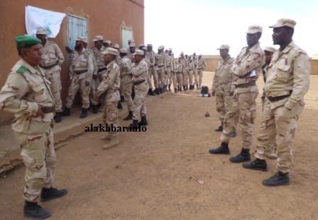 عناصر من القوات المسلحة الموريتانية أمام مكتب اقتراع بألاك في البراكنة خلال الانتخابات البرلمانية والبلدية في 2013 ـ (أرشيف الأخبار)