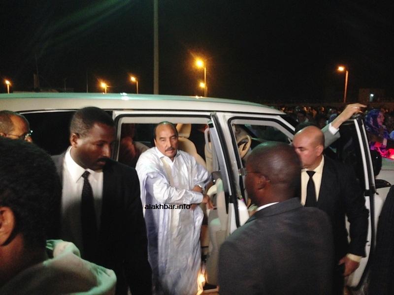 ولد عبد العزيز لحظة نزوله من سيارته الرئاسية باتجاه منصة المهرجان قبيل منتصف الليل (الأخبار)