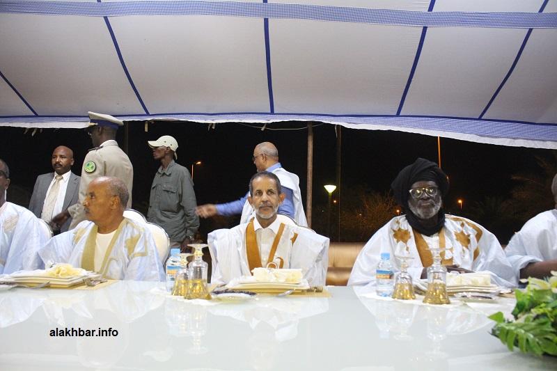 الوزير الأول يجلس بين رئيس البرلمان ونائبه الأول خلال حفل العشاء الليلة (الأخبار)