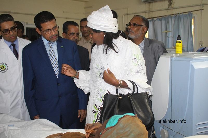 وزيرا الصحة والشؤون الاجتماعية خلال تجولهما ظهر اليوم فى قسم تصفية الكلى بالمستشفى الوطني (الأخبار)