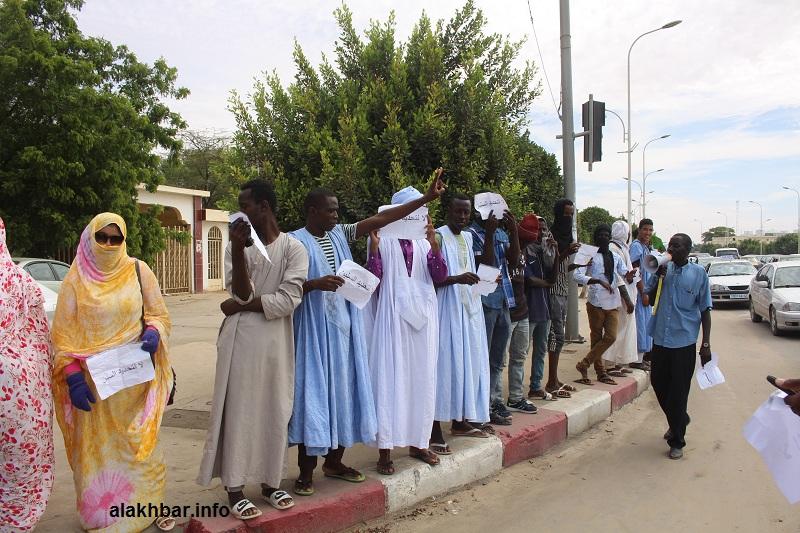الطلبة خلال وقفة احتجاجية اليوم بشارع رئيسي قرب وزارة التعليم العالي (الأخبار)