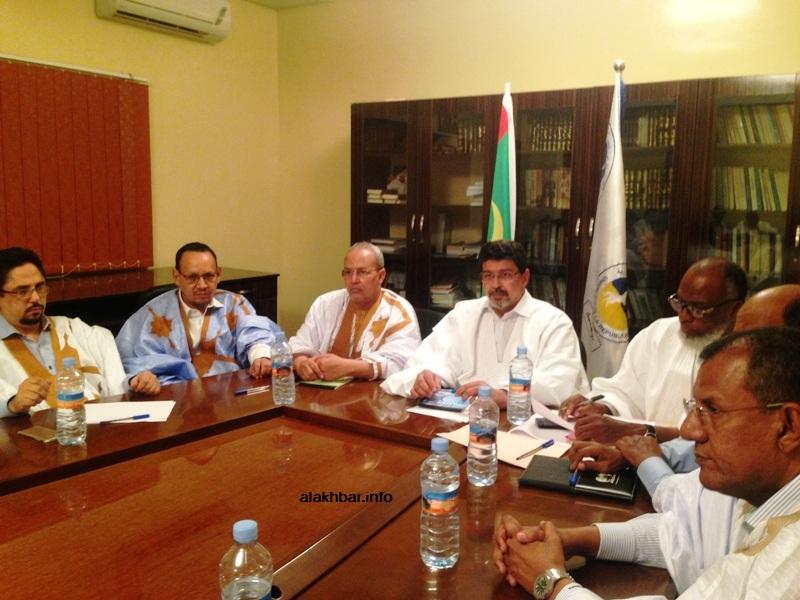 وزير الثقافة محمد الأمين ولد الشيخ (الأول من اليسار) خلال اجتماع قيادة الحزب الحاكم الليلة (الأخبار)