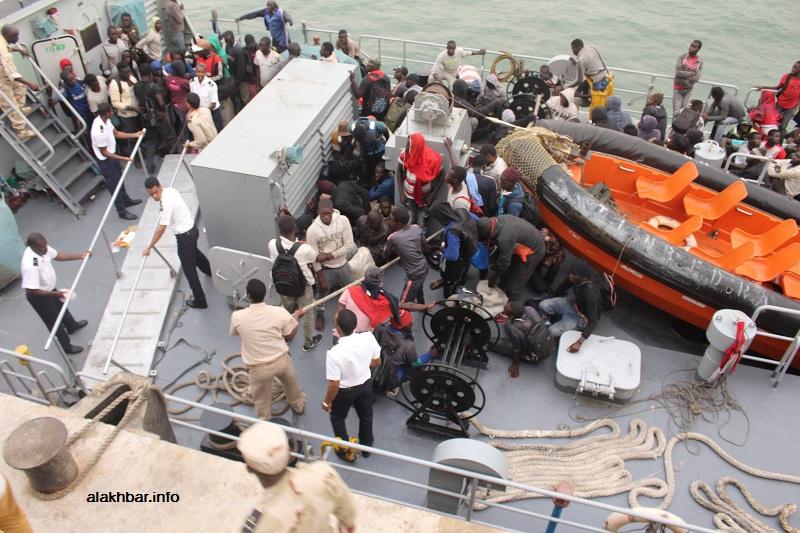 البحرية الموريتانية خلال عملية إنقاذ لـ125 مهاجرا سريا الأحد الماضي (الأخبار)