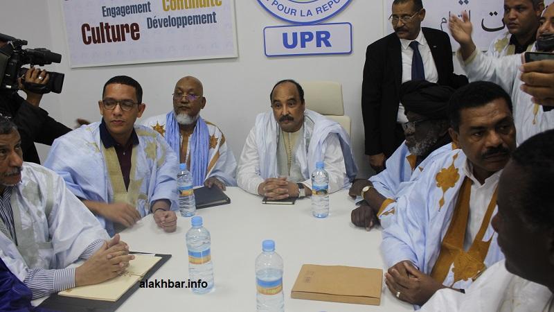 ولد عبد الفتاح (الأول من اليسار)، وعن يمنيه رئيس اللجنة سيدنا عالي ولد محمد خونه، والرئيس السابق محمد ولد عبد العزيز خلال اجتماع لجنة الحزب (الأخبار)