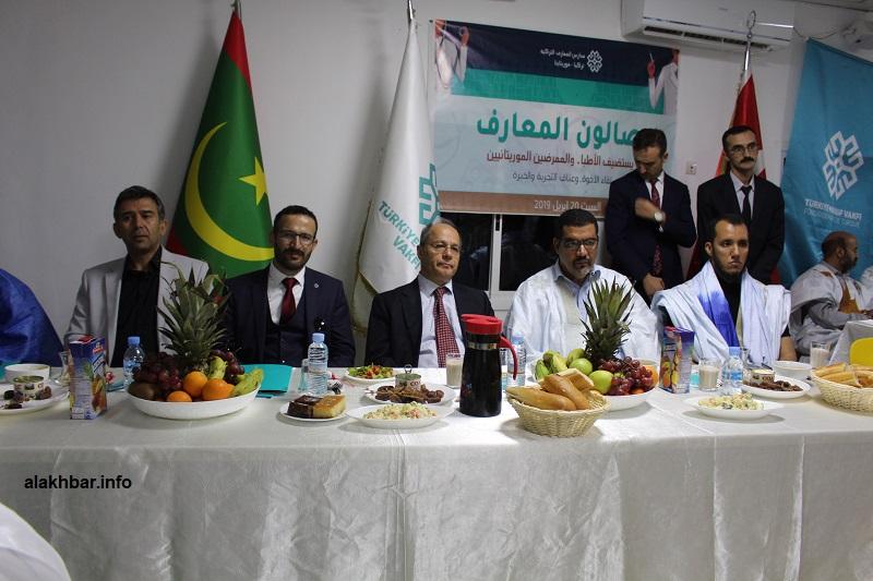 المنصة الرسمية لحفل العشاء الذي أقامته المدرسة على شرف الأطباء (الأخبار)