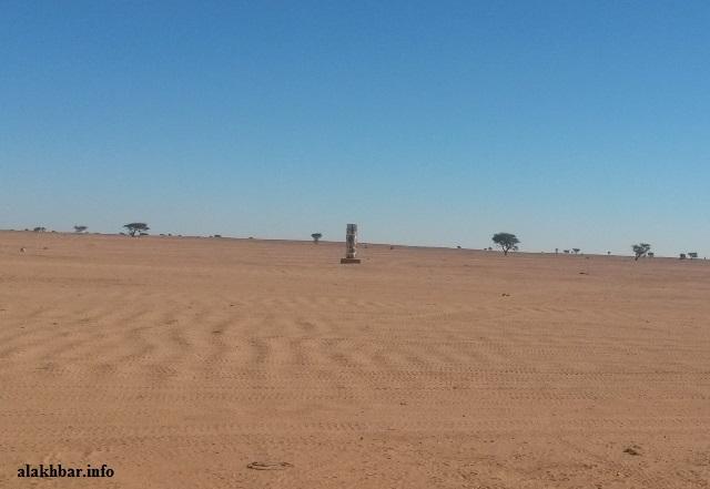 يرمز هذا النصب الإسمنتي الذي وضع قبل فترة لنقطة الحدود بين موريتانيا والجزائر ـ (أرشيف الأخبار)