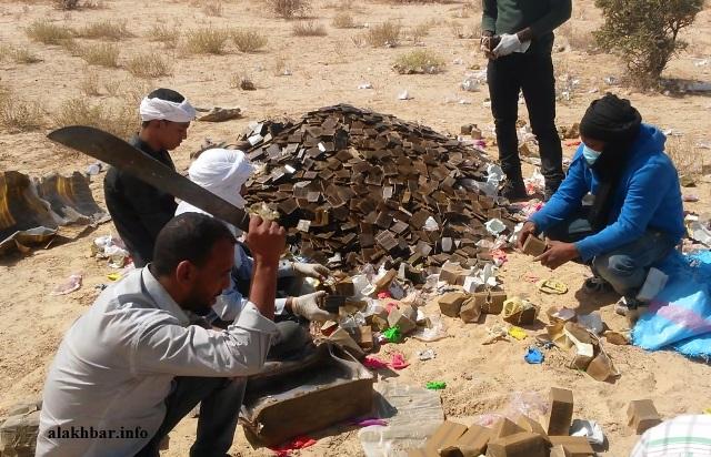عناصر من الشرطة القضائية يقطعون أكياس مخدرات تمهيدا لحرقها ـ (أرشيف الأخبار)