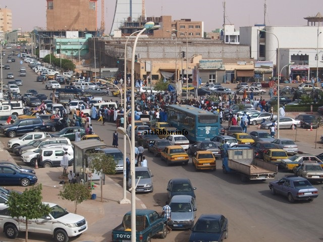 شارع رئيس وسط نواكشوط، وعلى جانبه إحدى المدارس العمومية التي تم بيعها (الأخبار - أرشيف)