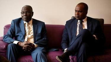 ألفا باري (من اليمين) وزير خارجية بوركينافاسو وكالا أنكوراوو وزير خارجية النيجر