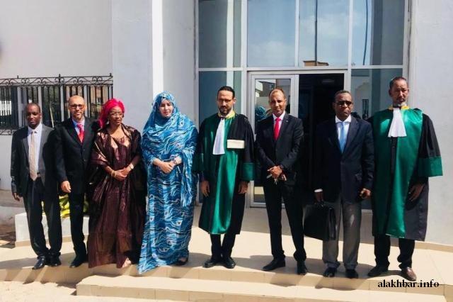 رئيسة اللجنة وأعضاؤها مع رئيس المحكمة العليا بعيد أداء اليمين القانونية
