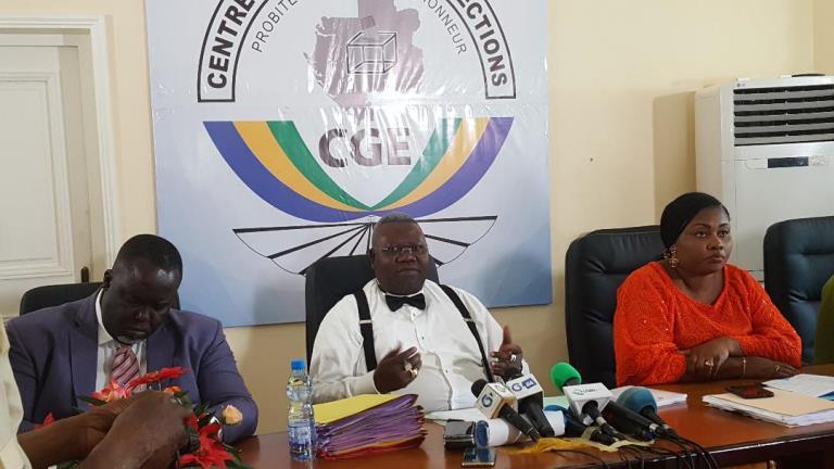رئيس وبعض أعضاء المركز الغابوني للانتخابات.