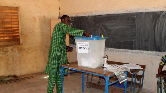 أحد المواطنين الماليين يدلي بصوته بمكتب تصويت في باماكو خلال الانتخابات المحلية نوفمبر 2016.