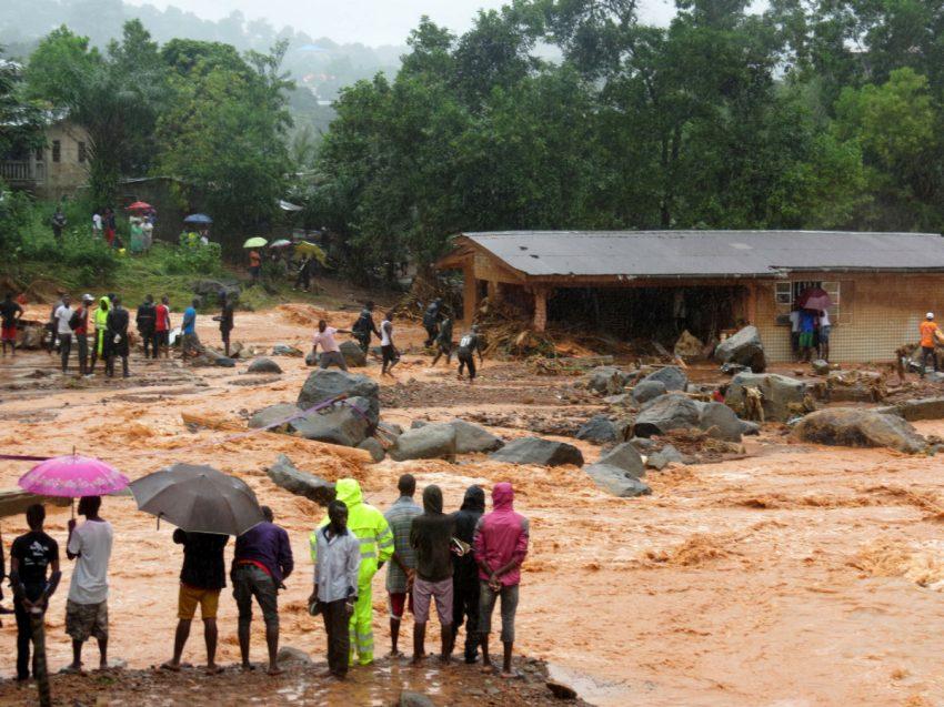 جانب من الفيضانات التي شهدتها ضواحي افريتاون.