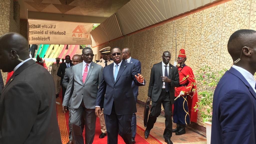 الرئيس السنغالي ماكي صال خلال زيارته للمدرسة الوطنية للإدارة بداكار 13يوليو 2017.