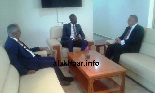 جانب من لقاء رئيس اللجنة مع رئيس سلطة المنطقة الحرة/ الأخبار