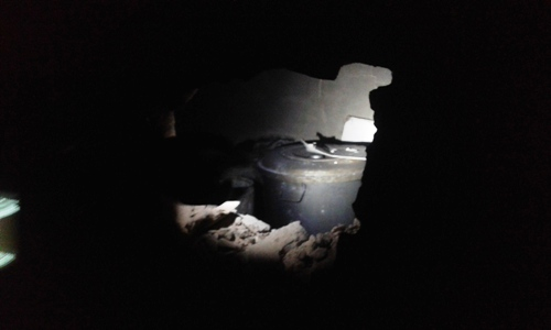 جزء من بقايا المنزل المحترق في حي الترحيل / الأخبار