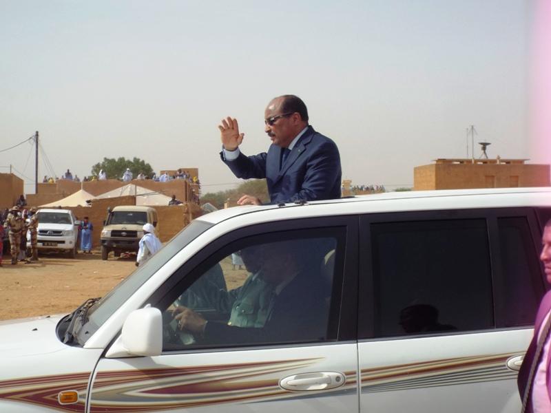 الرئيس الموريتاني محمد ولد عبد العزيز خلال مغادرته المنصة في نهاية الاستعراض العسكري (الأخبار)