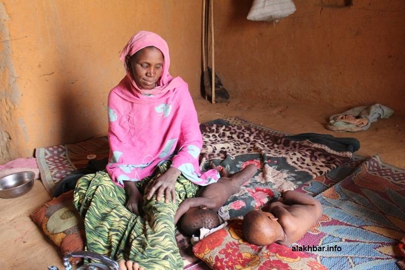 تؤكد هذه السيدة من قرية الفاظلة التابعة لجكني أن الخطر الأول على أطفالها هو الجوع (الأخبار)
