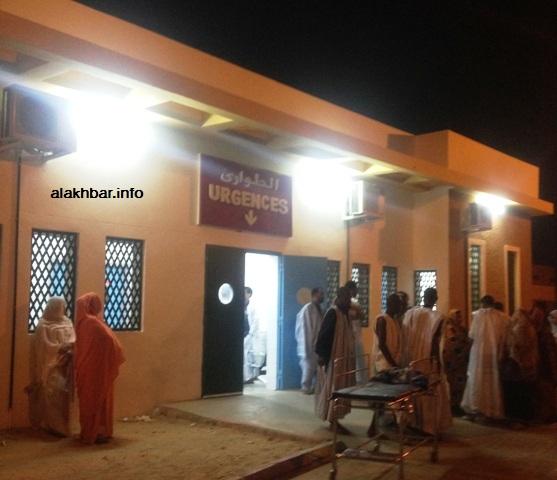 مدخل الحالات المستعجلة في مستشفى الشيخ زايد وقد تجمع أقارب الجرحى في محيطها