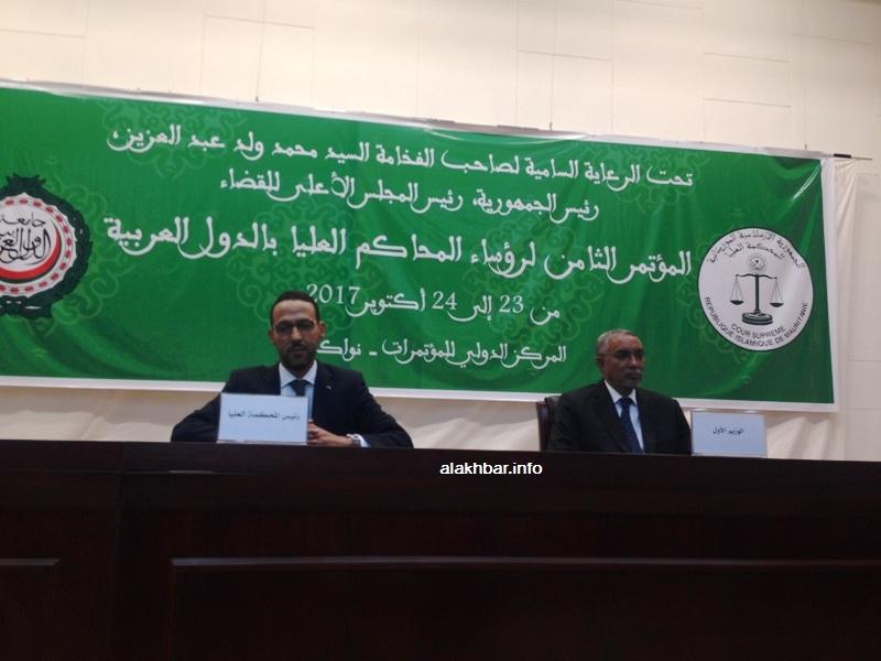 الوزير الأول يحي ولد حدمين، ورئيس المحكمة العليا الحسين ولد الناجي على منصة افتتاح المؤتمر اليوم (الأخبار)