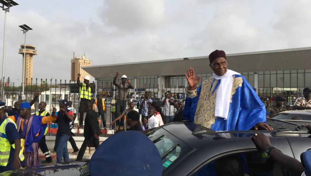 الرئيس السنغالي السابق عبد الله واد لدى عودته إلى داكار 10 يوليو 2017.