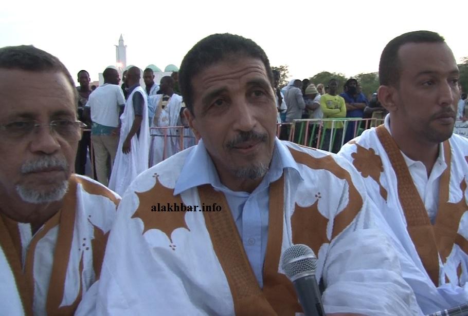 الرئيس الدوري السابق لمنتدى المعارضة بموريتانيا محمد ولد مولود (وسط) خلال نشاط سابق (الأخبار - أرشيف)