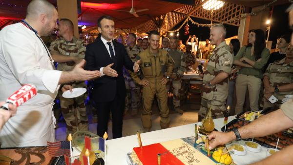 الرئيس الفرنسي إيمانويل ماكرون خلال الاحتفال بأعياد الميلاد مع القوات الفرنسية بالنيجر.