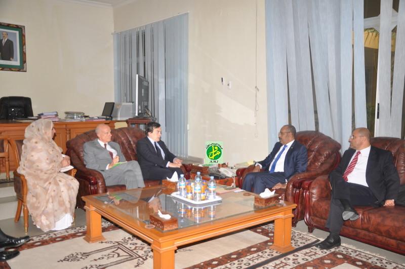 نائب وزير الخارجية الإيطالي فينسينزو آمندو خلال لقائه مع وزير الداخلية الموريتاني أحمد ولد عبد الله (وما)