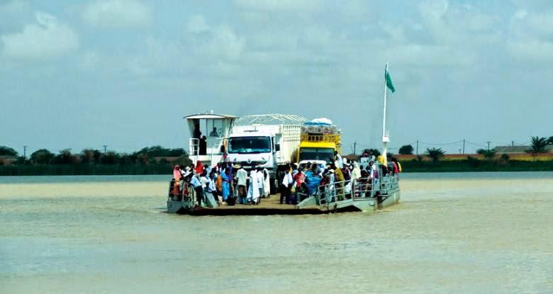 """""""العبارة"""" وسيلة النقل الأساسية بين ضفتي نهر السنغال الذي يفصل موريتانيا والسنغال"""