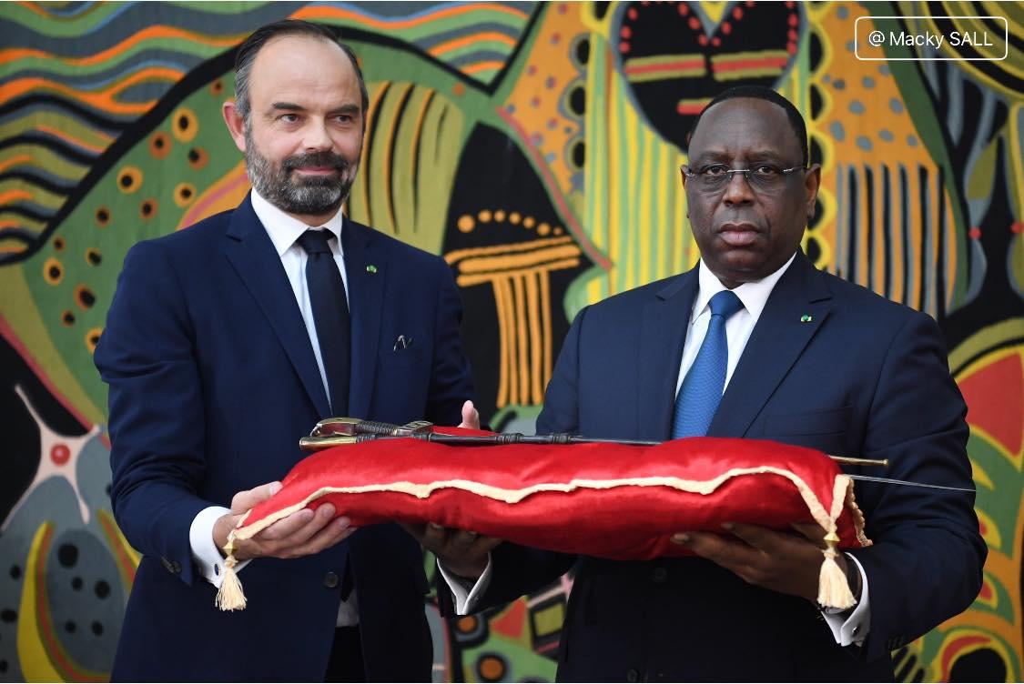 الرئيس السنغالي ماكي صال لدى تسلمه سيف الحاج عمر تال من رئيس الوزراء الفرنسي أدوار فيليب