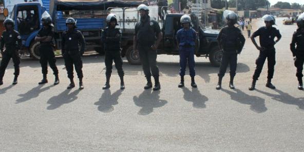 عناصر من الشرطة خلال مظاهرة بكوناكري فبراير 2013.