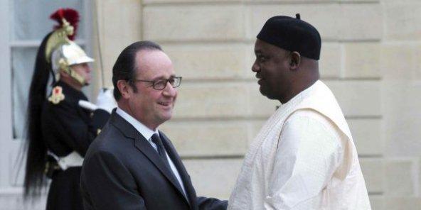 الرئيسان الغامبي ٱدما بارو، والفرنسي افرانسوا هولاند.