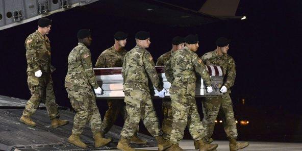 جنود أمريكيون يحملون جثمان رابع الجنود الذين قتلوا بالنيجر.