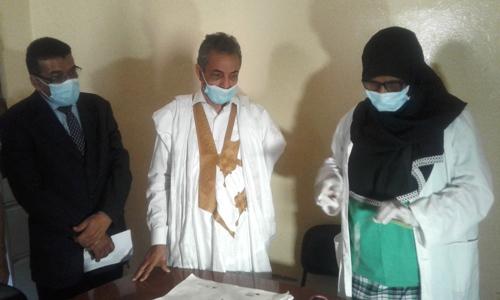 جانب من زيارة المركز الصحي التابع للبلدية حيث استمع الوالي إلى شروح مفصلة/ الأخبار