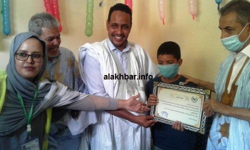 التكريم للطفل أحمد محمد أجيد تمثل في وسام وأدوات مدرسية /الأخبار