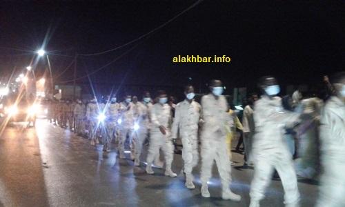 حملة المشاعل ألهبوا حماس السكان وتفاعلوا معهم بحمل الأعلام الوطنية/ الأخبار