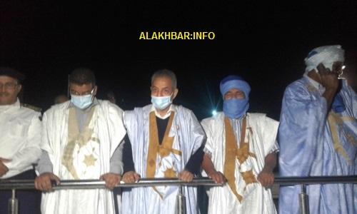 من اليمين قائد المنطقة العسكرية الأولى إلى جانب الوالي والعمدة والحاكم ومدير الأمن في نواذيبو/ الأخبار