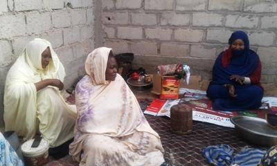هنا تحدثت النسوة للـأخبار عن أن الحريق التهم أكواخهم وبقين جالسين بهذا الشكل/ الأخبار