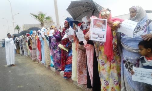 شاركت النسوة في الوقفة ورفعن شعارت ضد السموم/ الأخبار