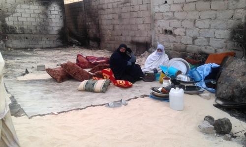 بقيت هذه الأسرة جالسة بهذا الشكل بعد أن التهمت النيران أكواخها/ الأخبار