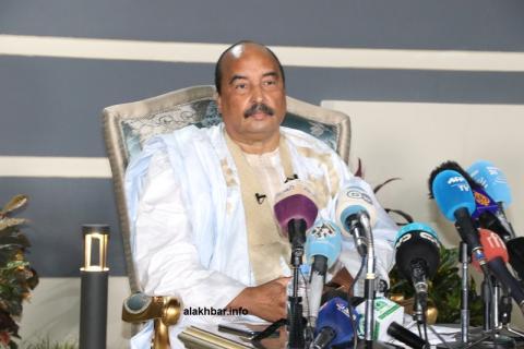الرئيس الموريتاني السابق محمد ولد عبد العزيز خلال المؤتمر الصحفي المنظم في منزله بعد منعه من الترخيص ورفض الفنادق استضافته (الأخبار - أرشيف)