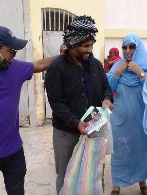 الصحفي والمدون أحمد ولد محمد سالم لحظة خروجه من السجن المدني/الأخبار