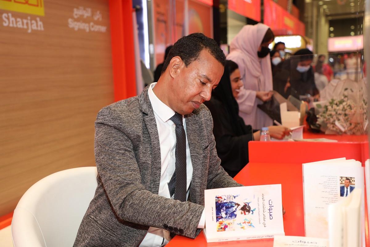 الشاعر الموريتاني محمد بابا حامد خلال توقيع ديوانه في معرض الشارقة